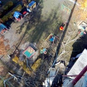 Спил дерева по частям со свободным сбрасыванием ветвей и фрагментов ствола