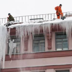 Очистка крыши дома от снега и сосулек