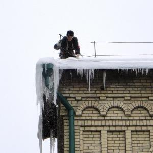 Расчистка крыши от наледи